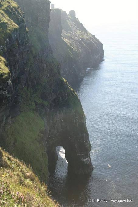 Arche au pied de la falaise, Cliffs of Moher, Irlande